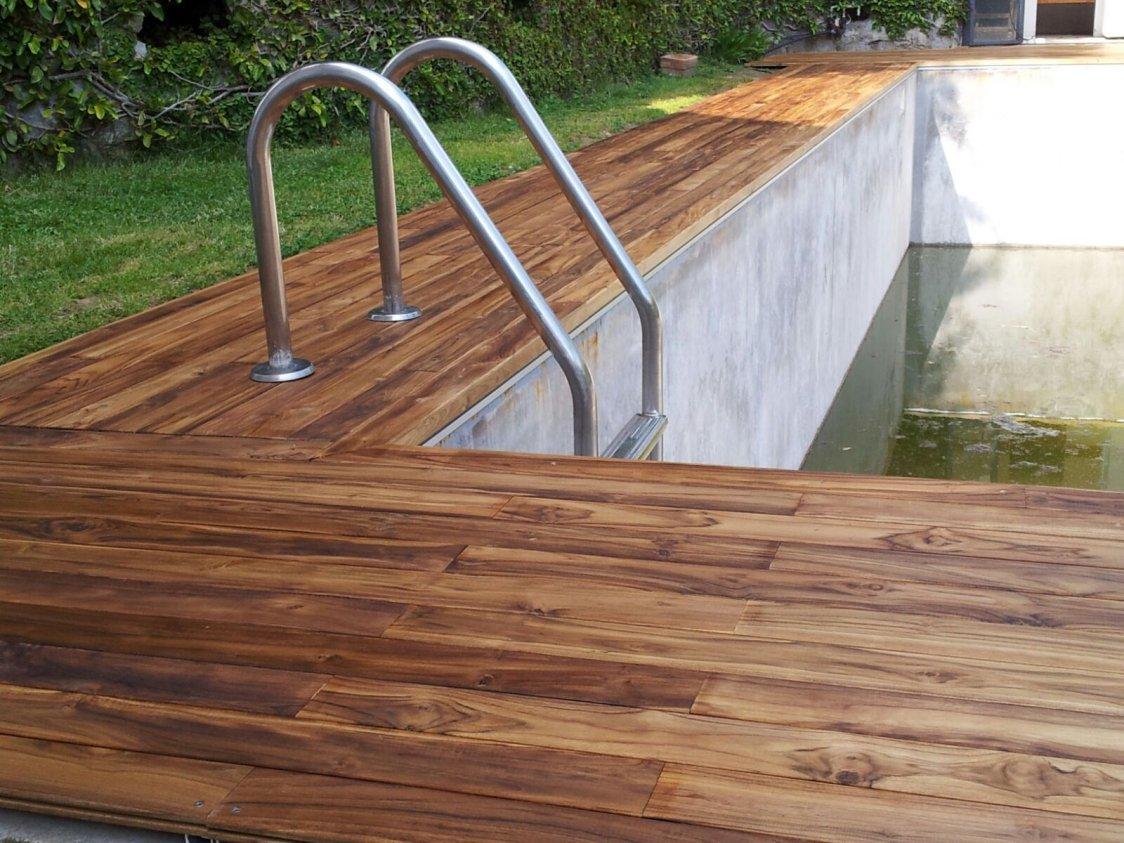 Piastrelle in legno per piscine design casa creativa e - Pavimenti bordo piscina in legno ...