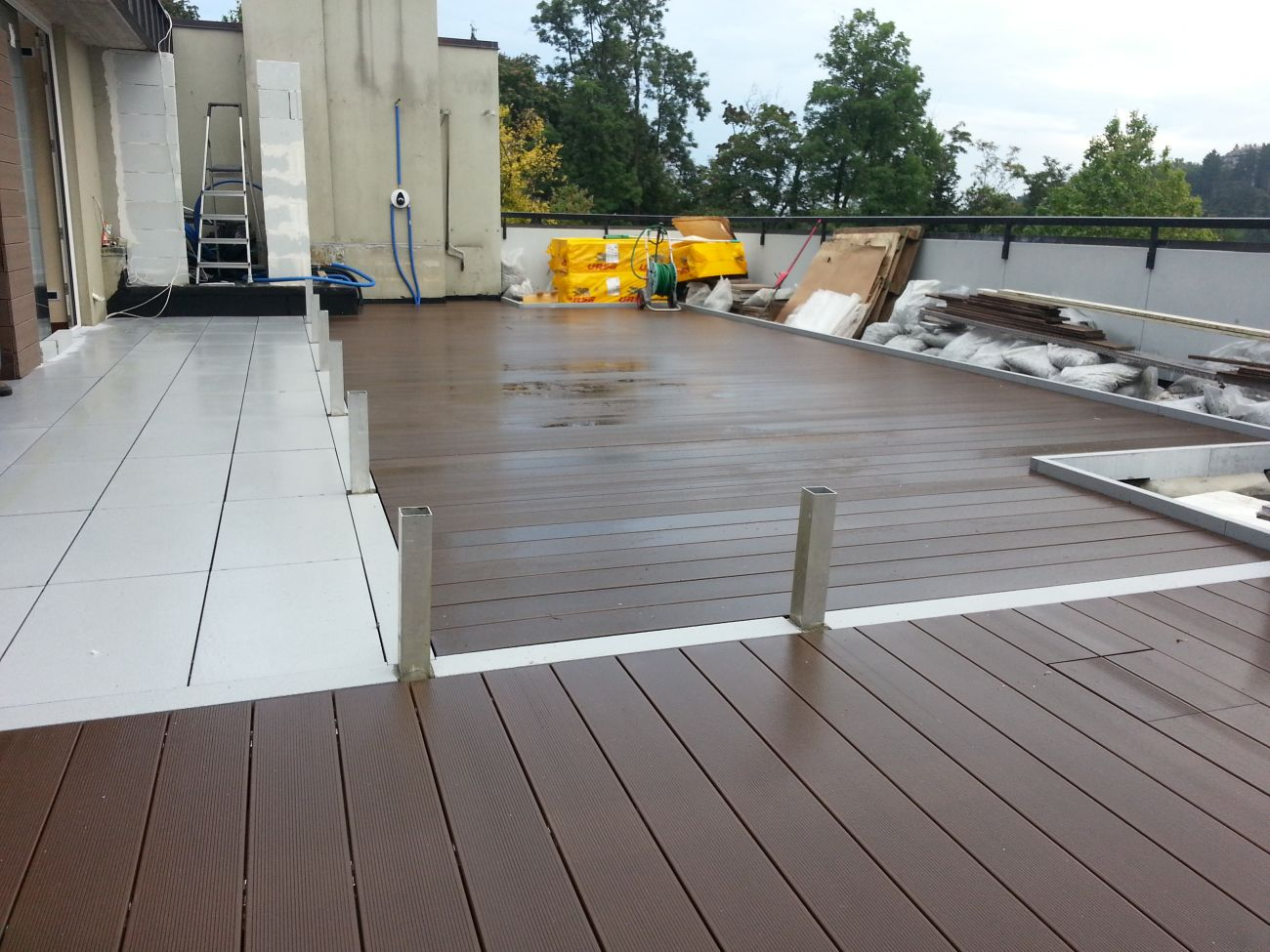 Pavimento in legno per terrazzo boiserie in ceramica per - Pavimentare terrazzo esterno ...